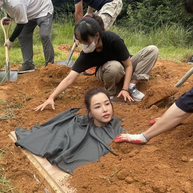 """Giới sắc đẹp chắc có mỗi Hoa hậu Hàn đẹp nhất thế giới chịu cảnh """"dìm"""" thảm thế này, ngã ngửa vì ảnh hậu trường đi vào lòng đất… theo đúng nghĩa đen - Ảnh 4."""