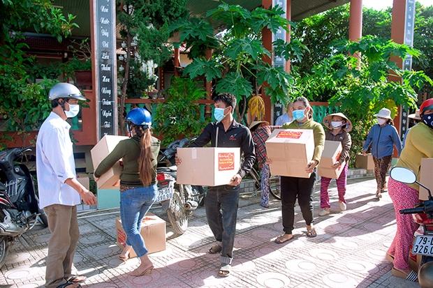 Em gái tỷ phú của Cẩm Ly tiếp tục tặng hàng trăm tấn lương thực và tiền mặt cho bà con 3 tỉnh thành phố, khẳng định không kêu gọi quyên góp - Ảnh 5.