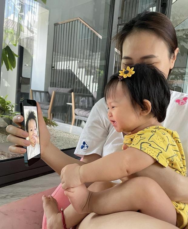 Màn reaction quá uy tín của ái nữ nhà đại gia Cường Đô La: Suchin nhìn thấy gì mà cười tít cả mắt thế này? - Ảnh 3.