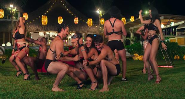 Đỏ mặt với bữa tiệc nướng 18+ tại trại kiêng sex Latin: Có đủ ghế tình yêu, roi da, còng tay - Ảnh 5.