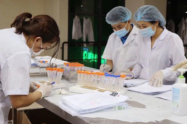 Hà Nội, sáng thứ hai liên tiếp không ca mắc Covid-19 mới, 96,15% người trên 18 tuổi đã tiêm mũi 1 - Ảnh 1.