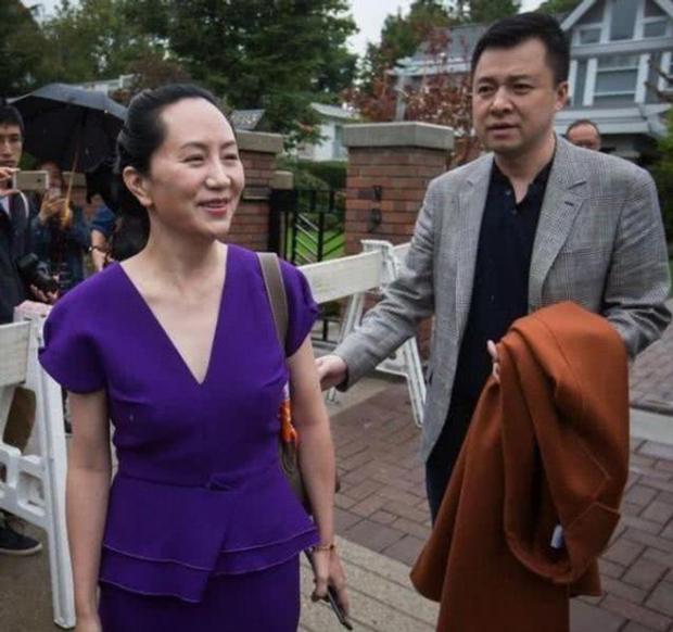 """Màn tỏ tình giữa sân bay đông người của chồng """"công chúa Huawei"""" gây sốt, dân mạng cảm thán như """"ngôn tình đời thực"""" - Ảnh 4."""