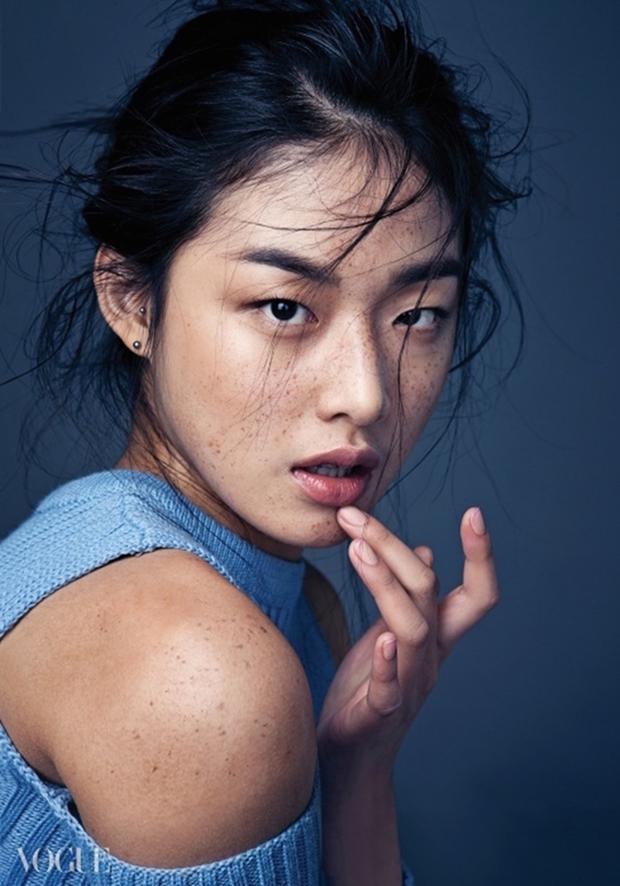 Idol Kpop và người mẫu khác nhau thế nào, nhìn cách họ họa mặt tàn nhang là rõ - Ảnh 3.