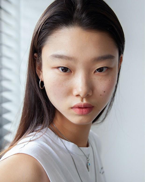 Idol Kpop và người mẫu khác nhau thế nào, nhìn cách họ họa mặt tàn nhang là rõ - Ảnh 4.