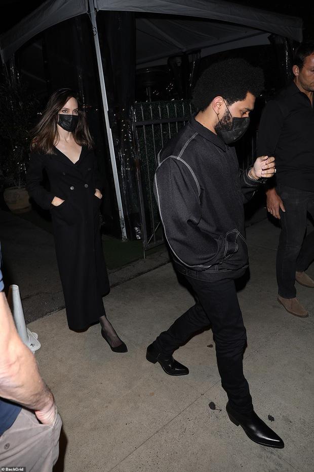 Không còn bí mật,  Angelina Jolie bị tóm gọn công khai sóng đôi hẹn hò với The Weeknd kém 15 tuổi - Ảnh 2.
