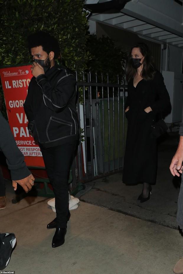 Không còn bí mật,  Angelina Jolie bị tóm gọn công khai sóng đôi hẹn hò với The Weeknd kém 15 tuổi - Ảnh 3.