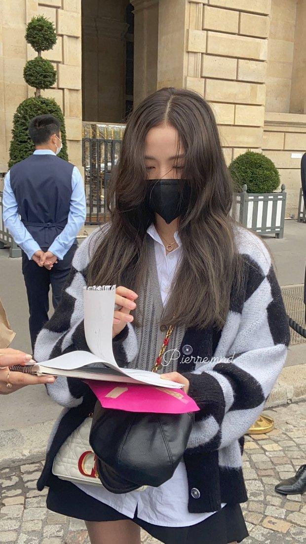 Ngang ngược như fan BLACKPINK: Đi xin chữ ký Jisoo mà chìa ra một thứ khiến netizen ngã ngửa - Ảnh 1.