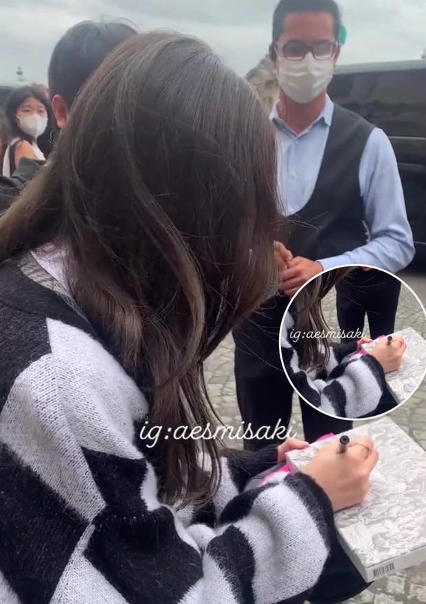 Ngang ngược như fan BLACKPINK: Đi xin chữ ký Jisoo mà chìa ra một thứ khiến netizen ngã ngửa - Ảnh 2.