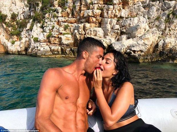 Bồ Ronaldo hé lộ chuyện tổ chức lễ cưới - Ảnh 1.