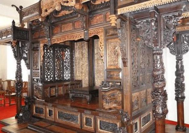 Bỏ 70 tỷ đồng để mua chiếc giường khắc 55 con Rồng xanh mà Hoàng đế từng nằm, sau khi đem đi triển lãm chuyên gia phán một câu khiến ông đứng hình - Ảnh 1.