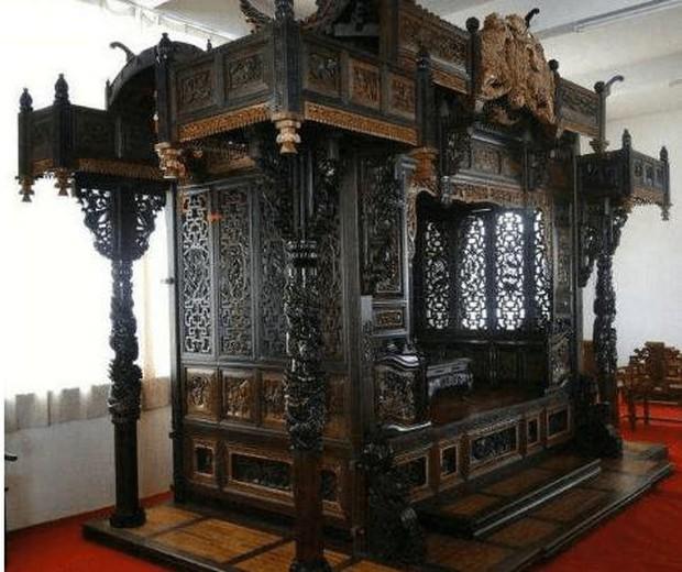 Bỏ 70 tỷ đồng để mua chiếc giường khắc 55 con Rồng xanh mà Hoàng đế từng nằm, sau khi đem đi triển lãm chuyên gia phán một câu khiến ông đứng hình - Ảnh 2.
