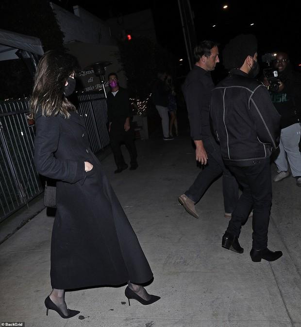 Không còn bí mật,  Angelina Jolie bị tóm gọn công khai sóng đôi hẹn hò với The Weeknd kém 15 tuổi - Ảnh 5.