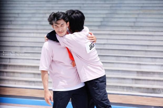 Jack ôm ấp thân mật với 1 thành viên Running Man, netizen ngấm ngầm đẩy thuyền rồi nha! - Ảnh 4.