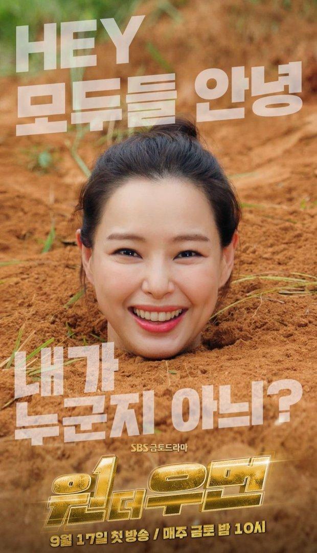 """Giới sắc đẹp chắc có mỗi Hoa hậu Hàn đẹp nhất thế giới chịu cảnh """"dìm"""" thảm thế này, ngã ngửa vì ảnh hậu trường đi vào lòng đất… theo đúng nghĩa đen - Ảnh 2."""