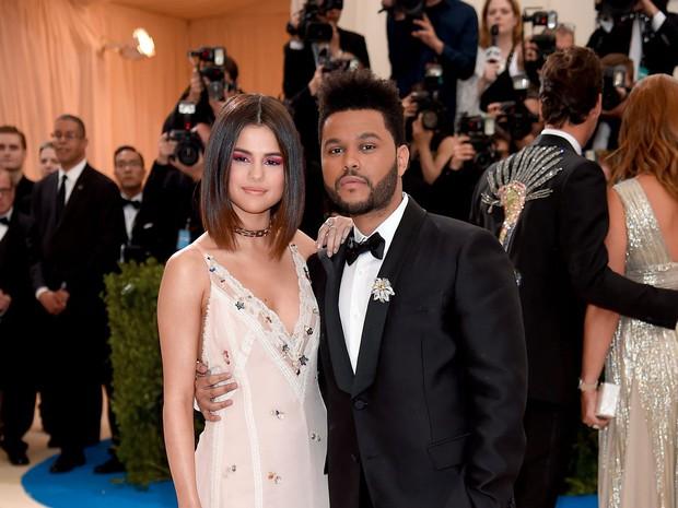 Selena Gomez có 2 thảm đỏ huyền thoại năm 2017: Lột xác nhờ lần đầu nhuộm bạch kim đến táo bạo hôn The Weeknd đại náo Met Gala - Ảnh 15.