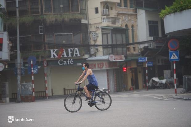 Hồ Gươm ngày trở lại: Trường đua xe đạp rộn ràng, người tập thể dục hân hoan còn giới trẻ í ới nhau chiều lượn một vòng nhé! - Ảnh 7.