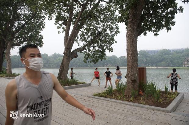 Hồ Gươm ngày trở lại: Trường đua xe đạp rộn ràng, người tập thể dục hân hoan còn giới trẻ í ới nhau chiều lượn một vòng nhé! - Ảnh 10.