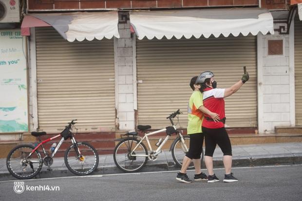 Hồ Gươm ngày trở lại: Trường đua xe đạp rộn ràng, người tập thể dục hân hoan còn giới trẻ í ới nhau chiều lượn một vòng nhé! - Ảnh 4.