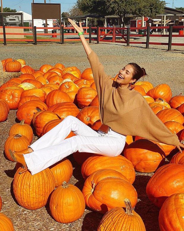 Vừa qua Mỹ, Chi Pu đã check-in đậm chất Halloween khiến dân mạng nhớ ngay đến drama năm nào của nhân vật nổi tiếng này - Ảnh 4.
