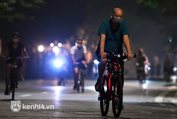 Người Hà Nội hồ hởi đổ ra đường tập thể dục từ sáng sớm, trường đua xe đạp quanh hồ Gươm lại trở nên rộn ràng - Ảnh 1.