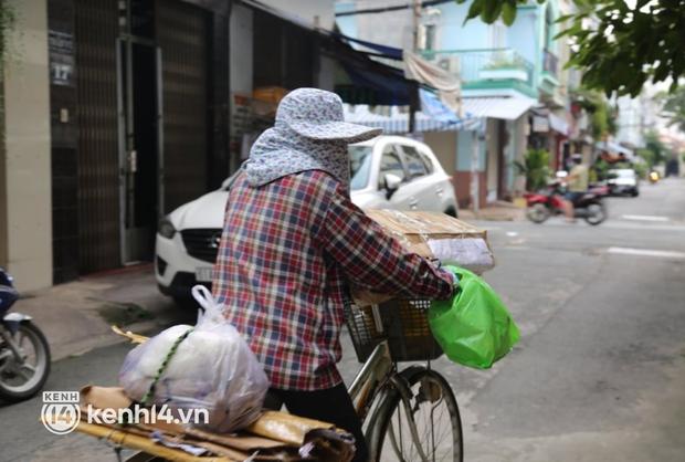 Người phụ nữ nhặt ve chai lạc giọng khi nhớ về ca sĩ Phi Nhung: Hôm nọ cô ấy còn xách đồ ra tặng cô, mà giờ lại đi rồi... - Ảnh 2.