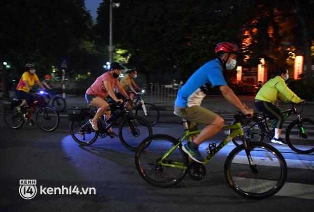 Người Hà Nội hồ hởi đổ ra đường tập thể dục từ sáng sớm, trường đua xe đạp quanh hồ Gươm lại trở nên rộn ràng - Ảnh 4.