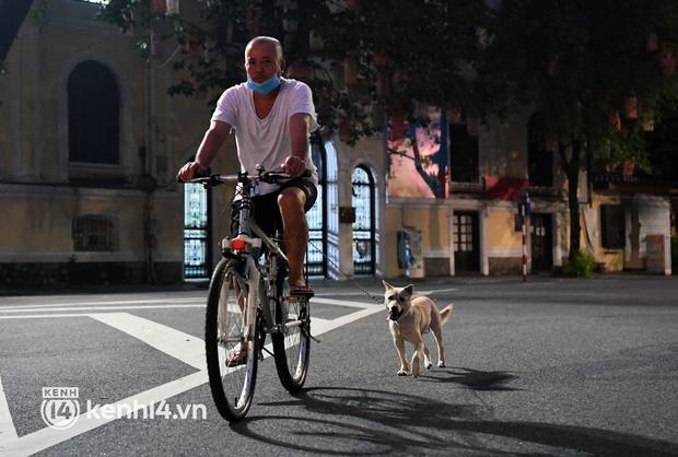 Người Hà Nội hồ hởi đổ ra đường tập thể dục từ sáng sớm, trường đua xe đạp quanh hồ Gươm lại trở nên rộn ràng - Ảnh 5.