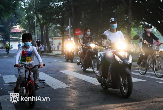 Người Hà Nội hồ hởi đổ ra đường tập thể dục từ sáng sớm, trường đua xe đạp quanh hồ Gươm lại trở nên rộn ràng - Ảnh 6.
