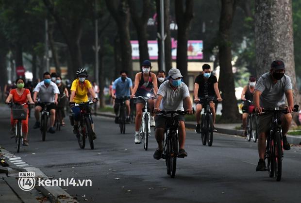 Người Hà Nội hồ hởi đổ ra đường tập thể dục từ sáng sớm, trường đua xe đạp quanh hồ Gươm lại trở nên rộn ràng - Ảnh 7.