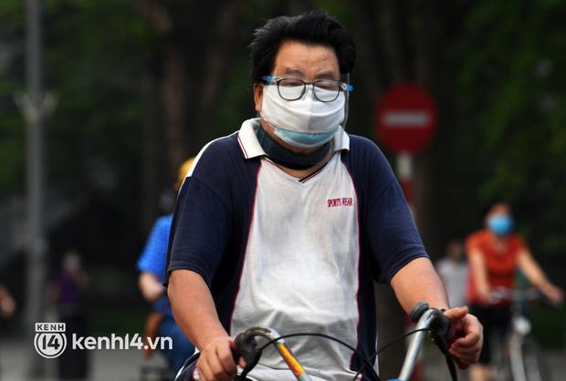 Người Hà Nội hồ hởi đổ ra đường tập thể dục từ sáng sớm, trường đua xe đạp quanh hồ Gươm lại trở nên rộn ràng - Ảnh 8.