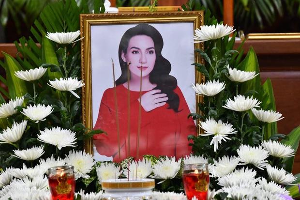 Lễ cầu siêu nữ ca sĩ Phi Nhung: Xót xa di ảnh người quá cố, Thanh Lam - Phương Thanh và các nghệ sĩ nghẹn ngào tiễn biệt - Ảnh 19.