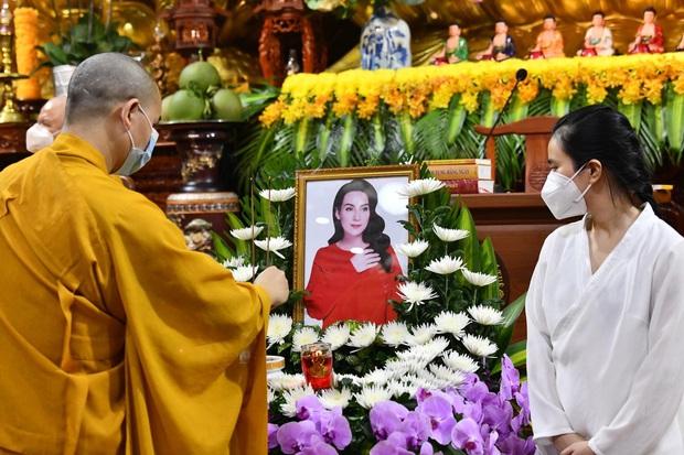 Lễ cầu siêu nữ ca sĩ Phi Nhung: Xót xa di ảnh người quá cố, Thanh Lam - Phương Thanh và các nghệ sĩ nghẹn ngào tiễn biệt - Ảnh 13.