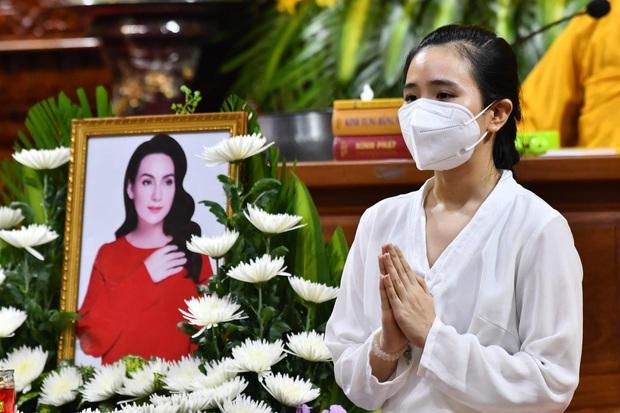 Lễ cầu siêu nữ ca sĩ Phi Nhung: Xót xa di ảnh người quá cố, Thanh Lam - Phương Thanh và các nghệ sĩ nghẹn ngào tiễn biệt - Ảnh 3.
