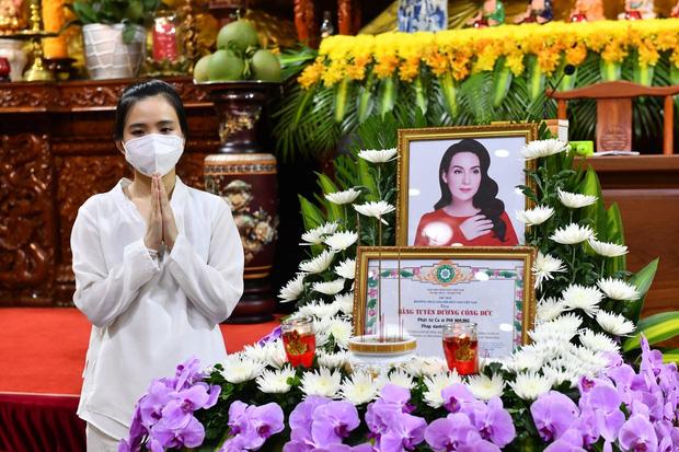 Lễ cầu siêu nữ ca sĩ Phi Nhung: Xót xa di ảnh người quá cố, Thanh Lam - Phương Thanh và các nghệ sĩ nghẹn ngào tiễn biệt - Ảnh 14.