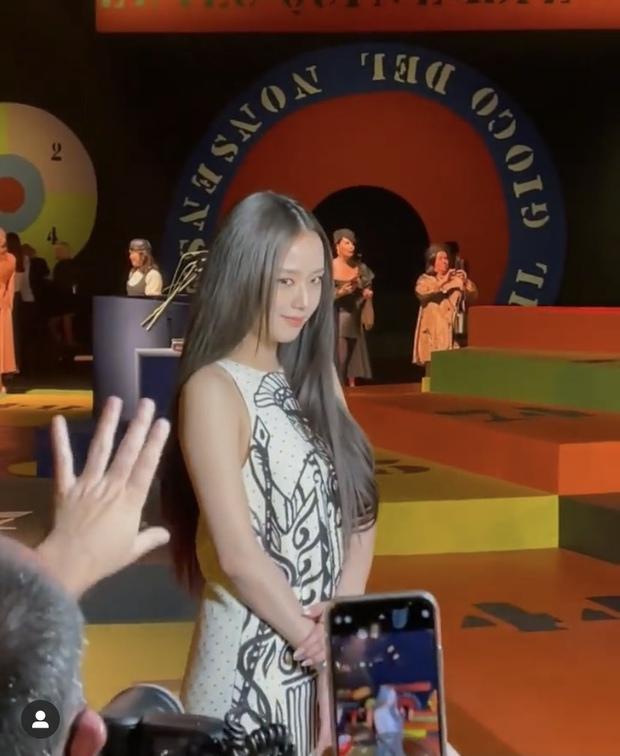 HOT: Jisoo đã có mặt tại show Dior, nhan sắc đỉnh khỏi chê nhưng trang phục thì nên xem lại! - Ảnh 2.