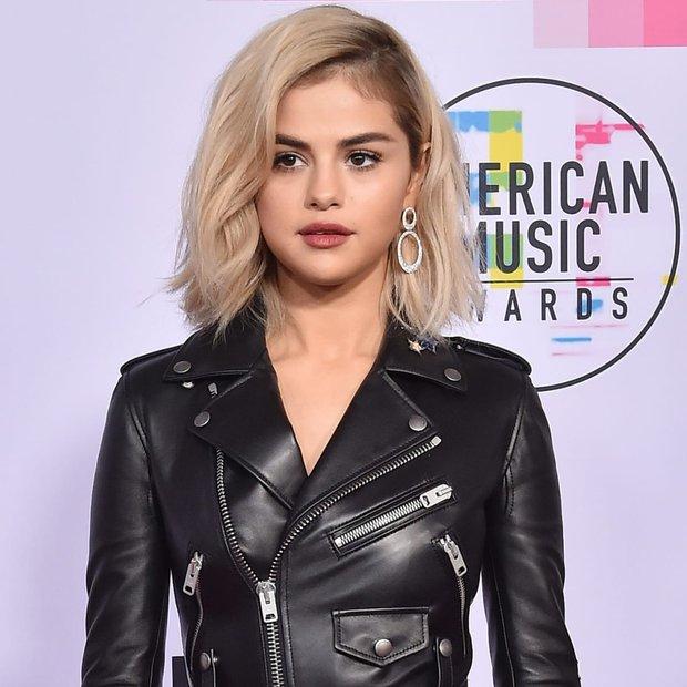 Selena Gomez có 2 thảm đỏ huyền thoại năm 2017: Lột xác nhờ lần đầu nhuộm bạch kim đến táo bạo hôn The Weeknd đại náo Met Gala - Ảnh 4.
