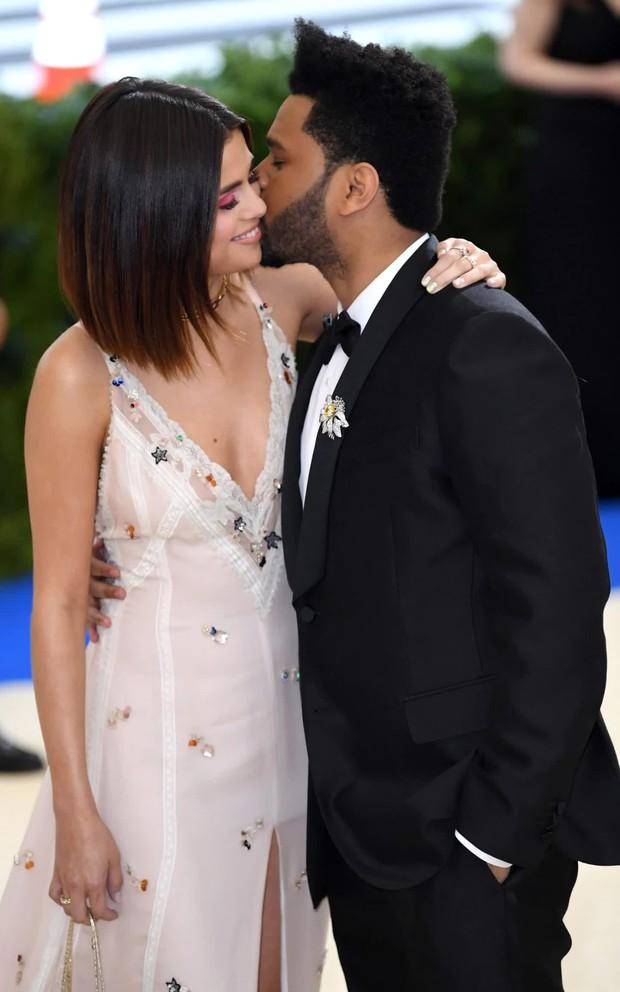 Selena Gomez có 2 thảm đỏ huyền thoại năm 2017: Lột xác nhờ lần đầu nhuộm bạch kim đến táo bạo hôn The Weeknd đại náo Met Gala - Ảnh 14.