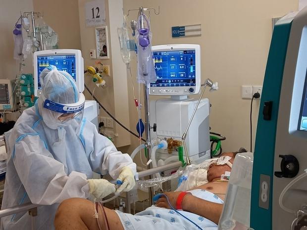 Khâm liệm bệnh nhân COVID-19 xong, y bác sĩ nhìn sang nhau ai cũng khóc - Ảnh 2.