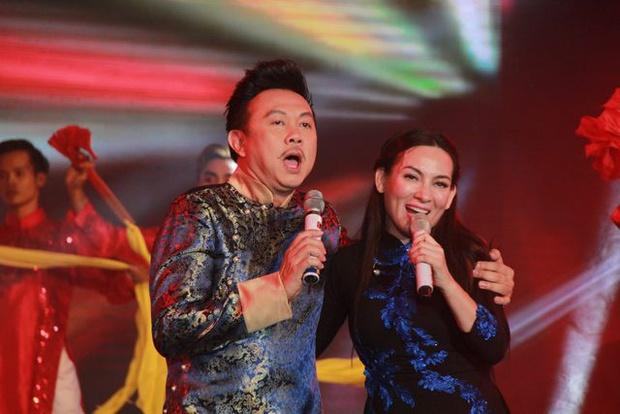 Clip 2 cố NS Chí Tài và Phi Nhung đùa giỡn trên sân khấu, netizen xem lại mà rớt nước mắt: Thương quá! - Ảnh 6.