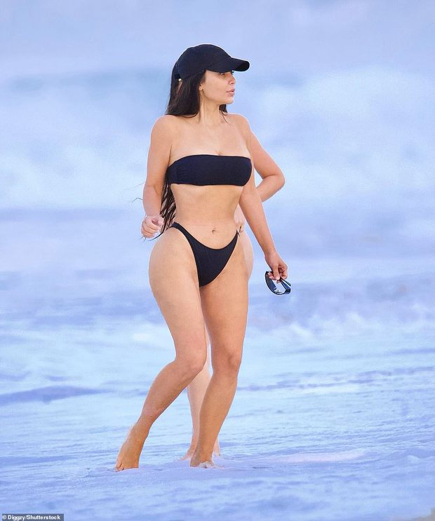 Kim siêu vòng 3 diện bikini khoe body phồn thực với tỉ lệ khó tin, ai ngờ mặt mộc còn gây chú ý hơn vì quá đỉnh - Ảnh 2.