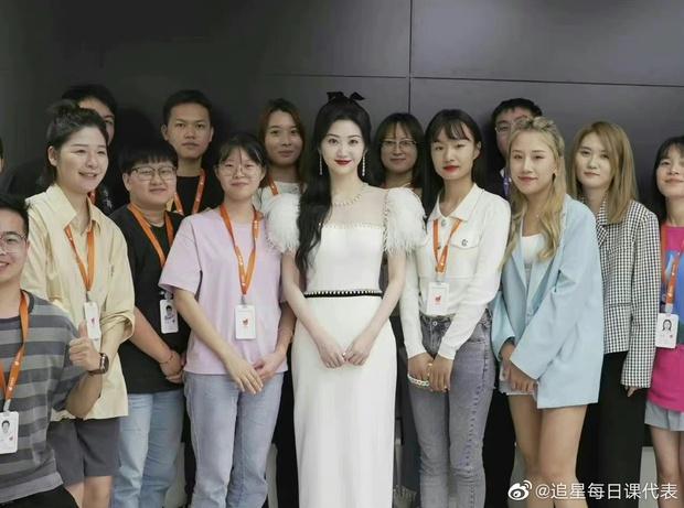 Rầm rộ ảnh chụp 1 mỹ nhân có làn da trắng phát sáng lu mờ toàn bộ nhân viên, bí kíp dưỡng da khiến Cnet sửng sốt - Ảnh 2.