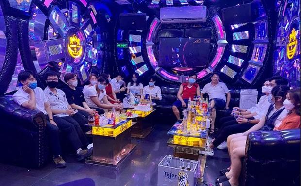 Đột kích phòng VIP quán karaoke, phát hiện 15 người đang hát chui giữa mùa dịch - Ảnh 1.