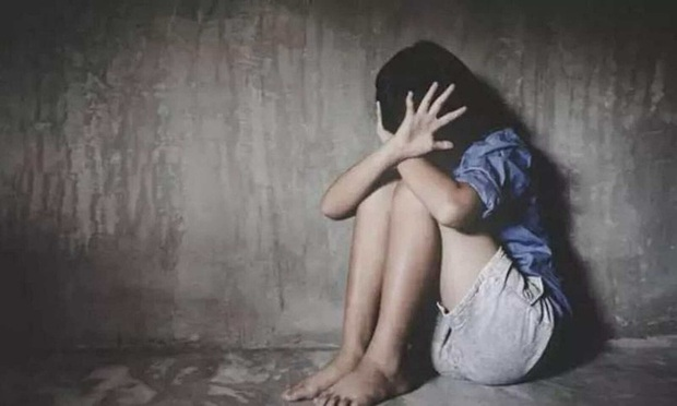 Thiếu nữ bị bạn trai cùng gã đàn ông khác xông vào nhà cưỡng bức, ném từ sân thượng xuống đất, tình tiết vụ việc gây căm phẫn - Ảnh 1.