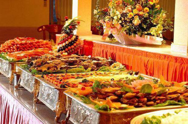 Ngồi ăn buffet suốt 5 tiếng không có ý định về, nam thanh niên lập tức đứng dậy sau khi nhận quà của chủ nhà hàng - Ảnh 2.