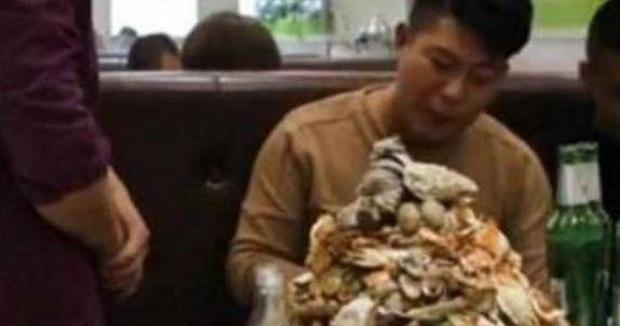 Ngồi ăn buffet suốt 5 tiếng không có ý định về, nam thanh niên lập tức đứng dậy sau khi nhận quà của chủ nhà hàng - Ảnh 1.