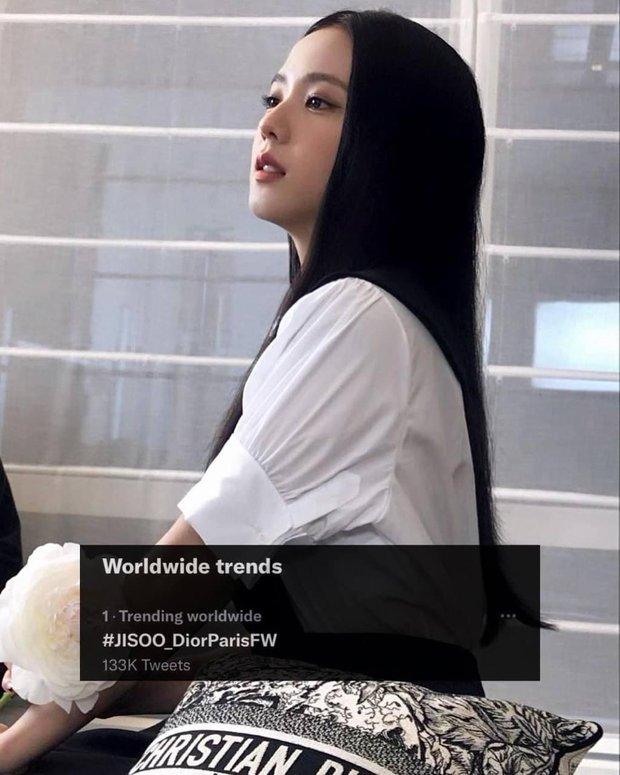 Trước thềm show Dior: Từ khoá về Jisoo đạt no.1 tìm kiếm toàn cầu, dân tình hồi hộp nghênh đón khắp mọi nơi - Ảnh 2.