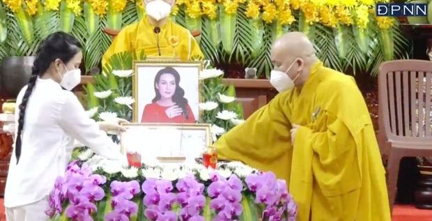 Lễ cầu siêu nữ ca sĩ Phi Nhung: Xót xa di ảnh người quá cố, Thanh Lam - Phương Thanh và các nghệ sĩ nghẹn ngào tiễn biệt - Ảnh 12.