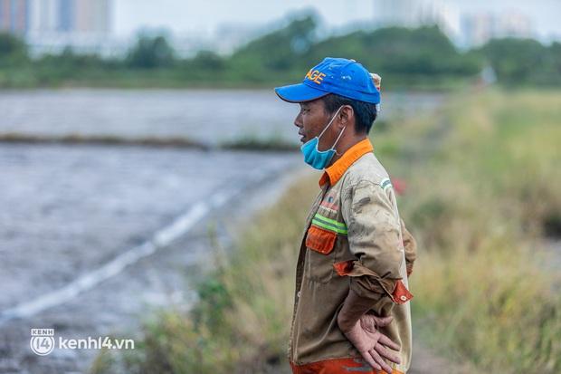 Thất nghiệp suốt 3 tháng do dịch Covid-19, nhóm công nhân mắc kẹt ở Sài Gòn ra đồng gặt lúa thuê, bắt cá mưu sinh - Ảnh 2.