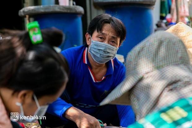 Thất nghiệp suốt 3 tháng do dịch Covid-19, nhóm công nhân mắc kẹt ở Sài Gòn ra đồng gặt lúa thuê, bắt cá mưu sinh - Ảnh 9.