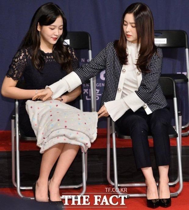Sao Hàn có 3 chiêu tránh sự cố muối mặt trên sân khấu tuy lạ nhưng hiệu quả, sao Việt cũng nên học tập dần là vừa! - Ảnh 10.